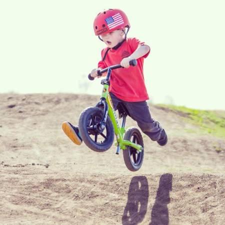 Chłopiec na rowerku biegowym Striders