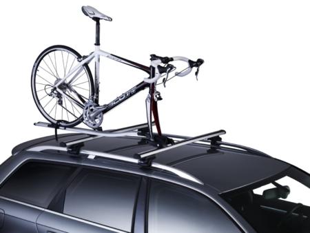 rower zamontowany na dachu za widelc